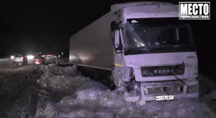 Появились подробности ДТП с 3 фурами и 4 автомобилями в Кировской области