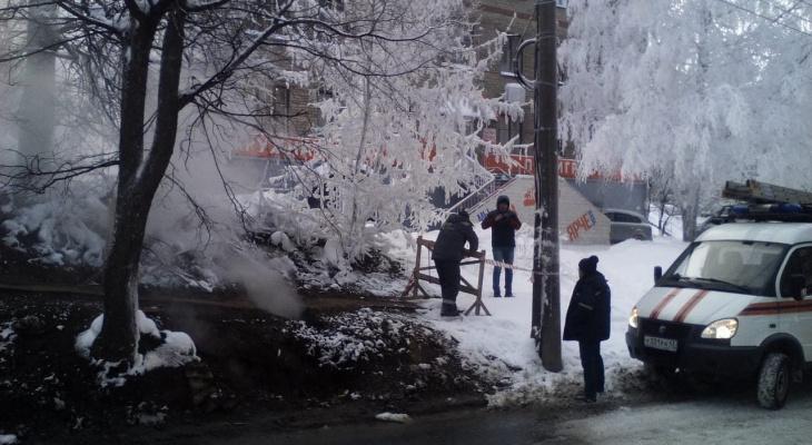 В центре Кирова произошел обвал: из-под земли бьет горячий пар
