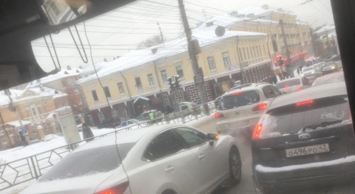 У музея Васнецовых иномарка вылетела на тротуар: есть пострадавшие