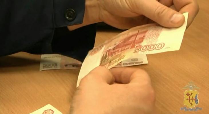 До 8 лет лишения свободы: в Кирове двое жителей месяц сбывали фальшивки в магазинах