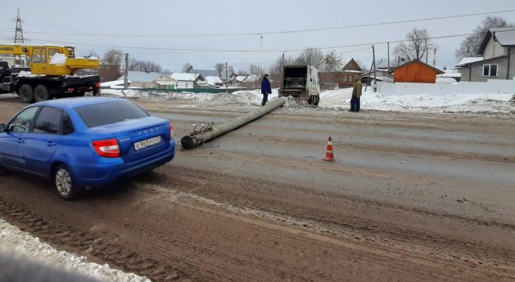 Утром в Кирове мусоровоз сбил опору освещения