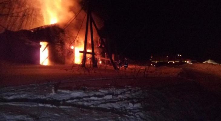 В Кировской области сгорела крытая стоянка: пострадали 22 машины