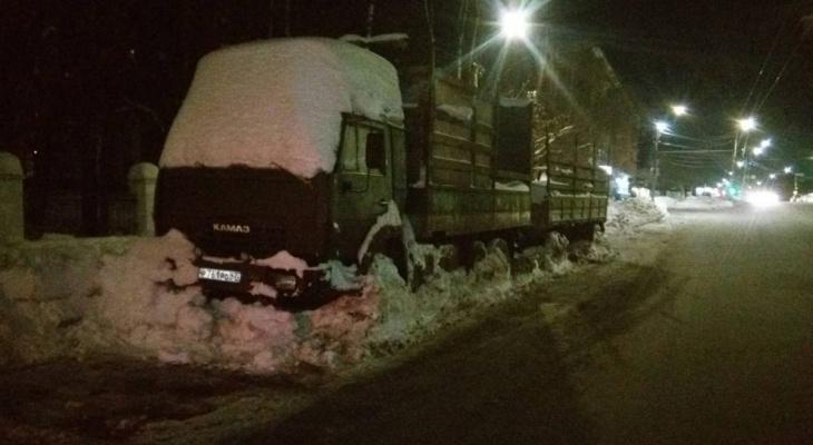 В Кирове с проезжей части эвакуировали КамАЗ, стоявший там 2 месяца