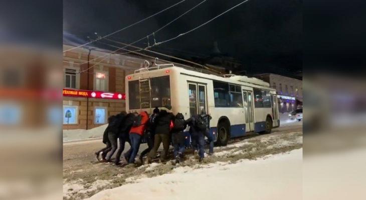 В Кирове прохожие толкали троллейбус после снегопада
