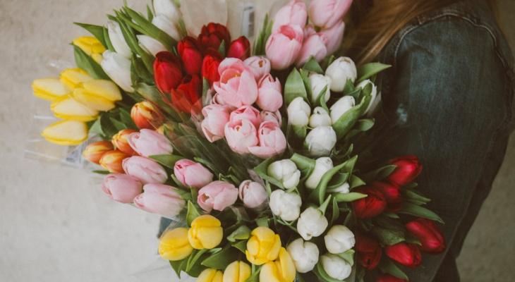 В Кирове четыре дня женщинам будут дарить цветы на улицах и на вокзале