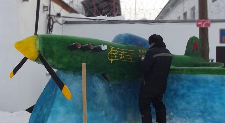 Танки, мотоциклы и медведи: в Кировской области осужденные создали скульптуры из снега