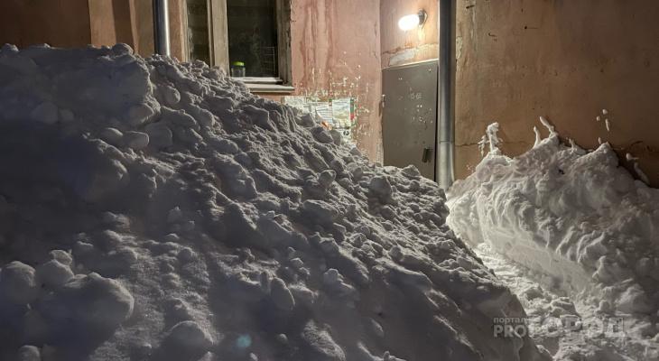 «Снег начнет таять — мы утонем»: чем грозят Кирову огромные сугробы на улицах