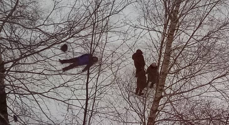 В Кировской области на улице прохожие обнаружили мертвого человека
