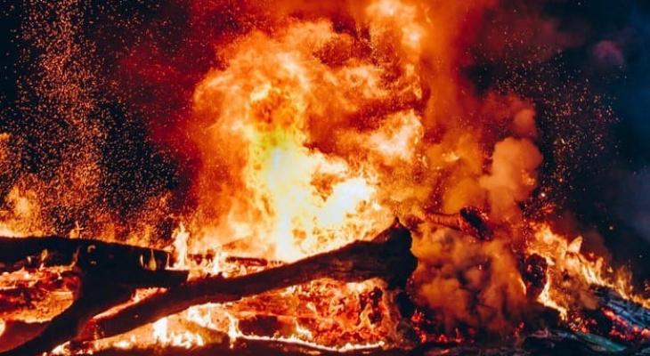 На месте пожара в Кировской области нашли два тела: следователи начали проверку