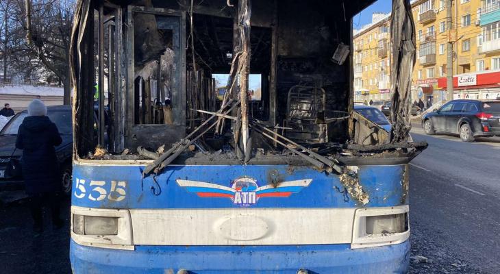 Из-за загоревшегося троллейбуса были повреждены две машины