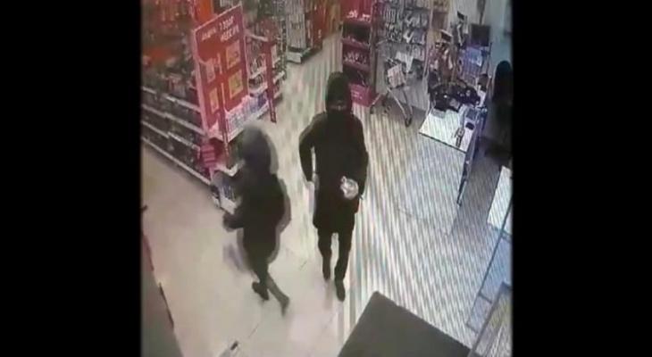 В Кирове полиция ищет мужчину, укравшего товары из магазина