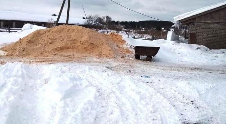 В Кировской области тракторист завалил опилом второклассницу: ребенок погиб