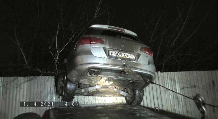 В Кирове иномарка повисла на заборе