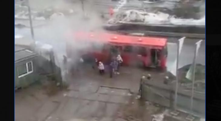Третий случай за две недели:  в Кирове на остановке задымился автобус