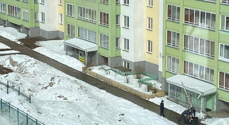 В Кирове из окна высотки выпал человек