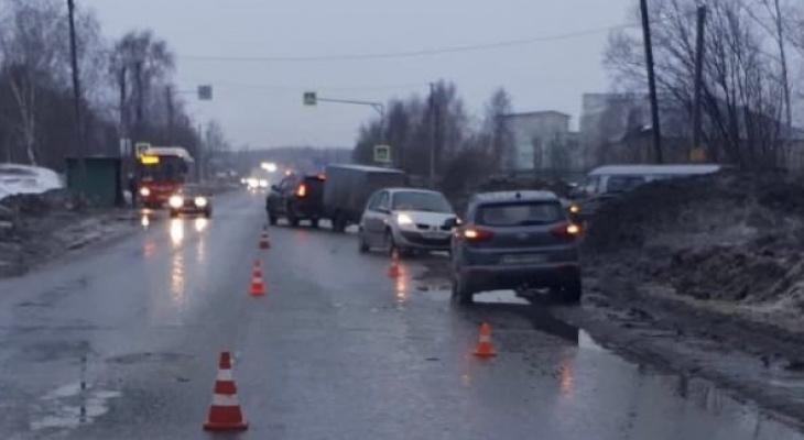 В Кирове произошло массовое ДТП с 5 машинами: виновник на иномарке перевернулся