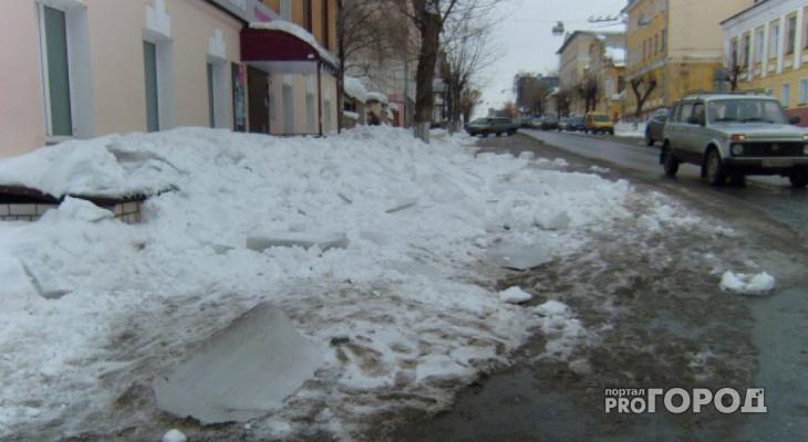 В центре Кирова на 9-летнюю девочку упала снежная глыба