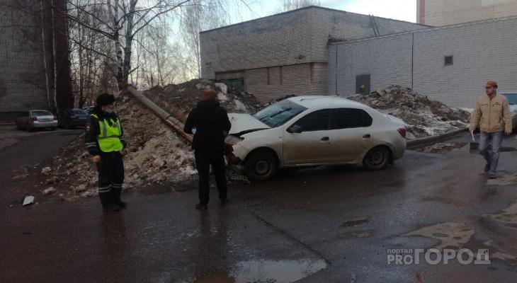 Днем в Кирове пьяный лишенник на «Рено» сбил опору освещения
