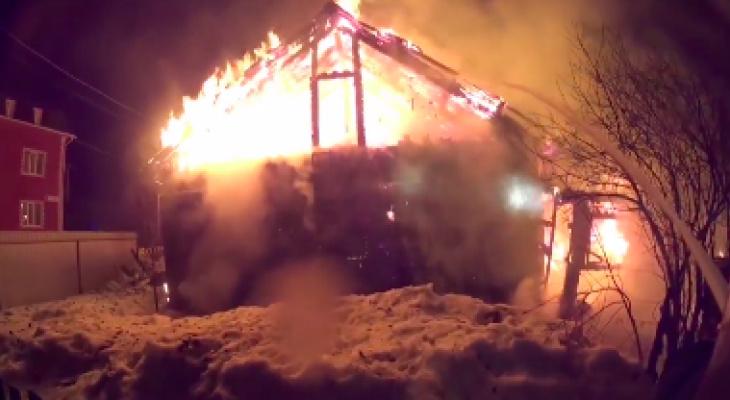 Спасти удалось только одну квартиру: ночью в Кирове сгорел жилой дом