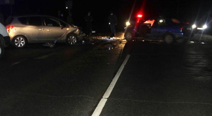 На трассе в Кировской области столкнулись автомобили: оба водителя серьезно травмированы
