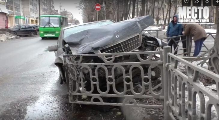 В Кирове «Мерседес» после столкновения с «Рено» снес дорожное ограждение