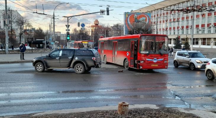 В центре Кирова столкнулись автобус и иномарка