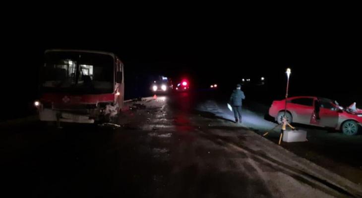 В Кировской области иномарка столкнулась с автобусом: один человек погиб
