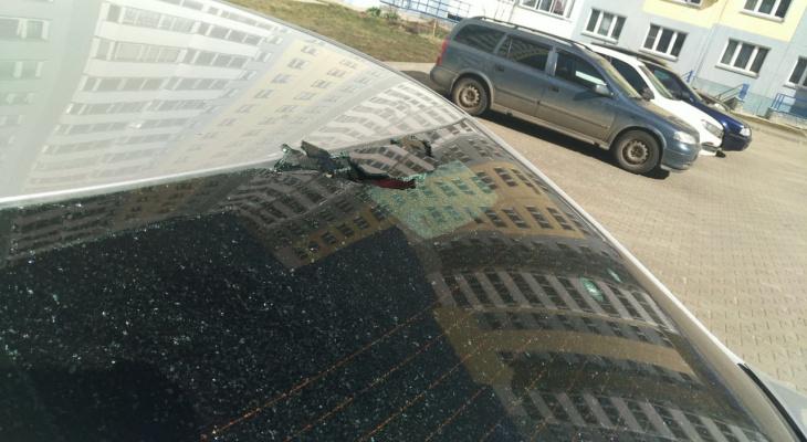 В Чистых прудах неизвестные закидали камнями припаркованные машины