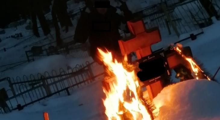 В Кировской области нашли вандалов, поджигающих кладбища ради фотографий