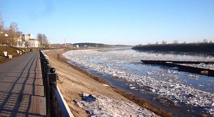 Фото дня: в Кирове паводком смыло понтонный мост
