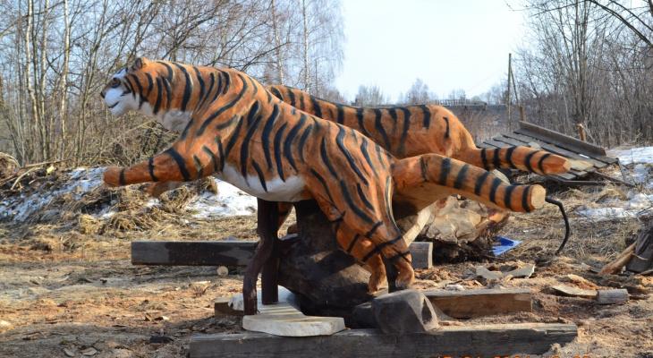 Тигры ждут хозяина: умелец из Кировской области создает необычные фигуры из дерева