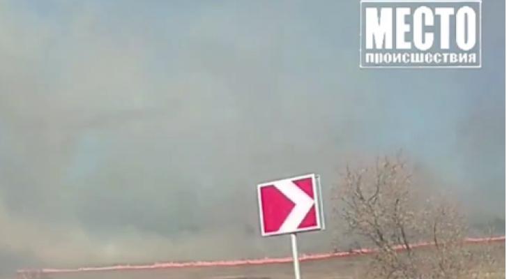 В Кировской области рядом с деревней загорелось поле