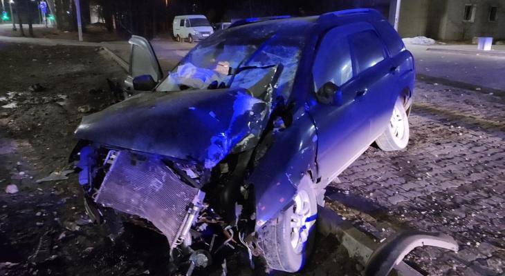 В Кирове водитель иномарки наехал на опору рекламного щита: пострадали 2 человека