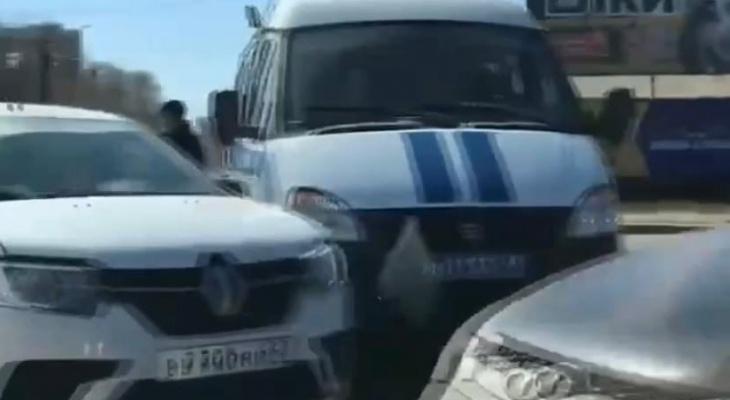 В Кирове водитель такси въехал в машину полиции
