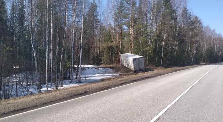 В Кировской области на трассе скончался водитель фуры
