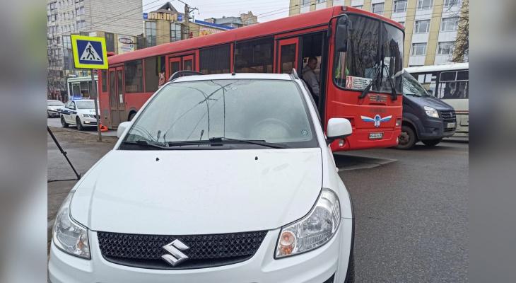 В центре Кирова иномарка столкнулась с автобусом: есть пострадавшие