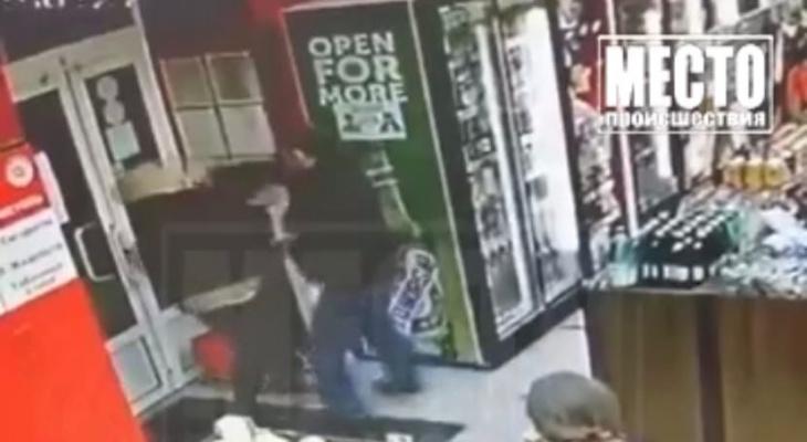 В кировском алкомаркете мужчина ударил женщину по лицу