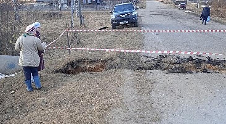 В Кировской области из-за обвала на дороге в поселок перестали заезжать автобусы