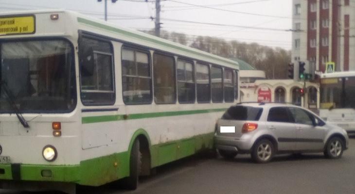 В Кирове на улице Ленина произошло ДТП с автобусом