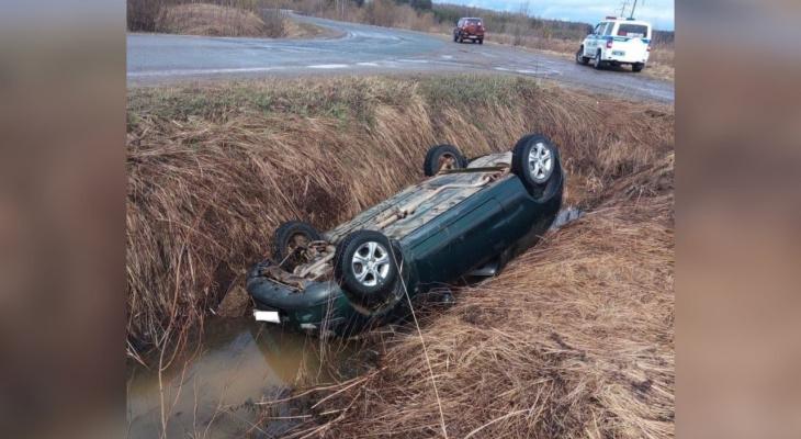 В Кировской области иномарка опрокинулась в канаву с водой