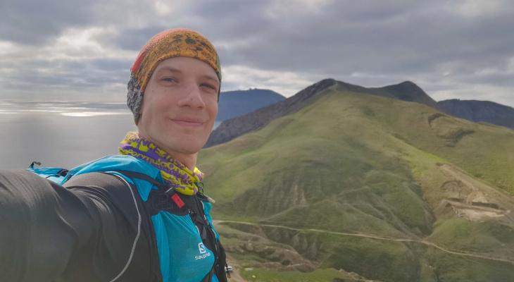 «В день выходит до 100 км»: кировский Форест Гамп пробежал через все южное побережье Крыма