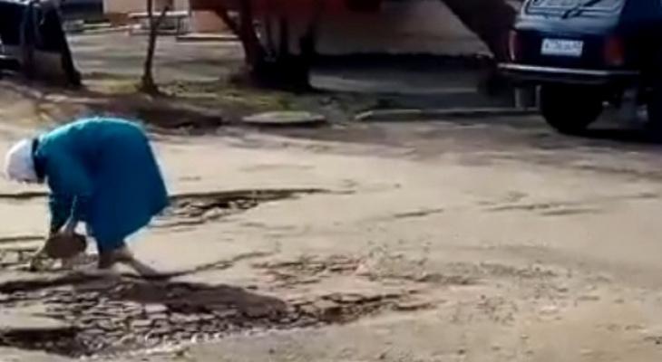 В Вятских Полянах отремонтируют дорогу, которую пенсионерка латала кирпичами