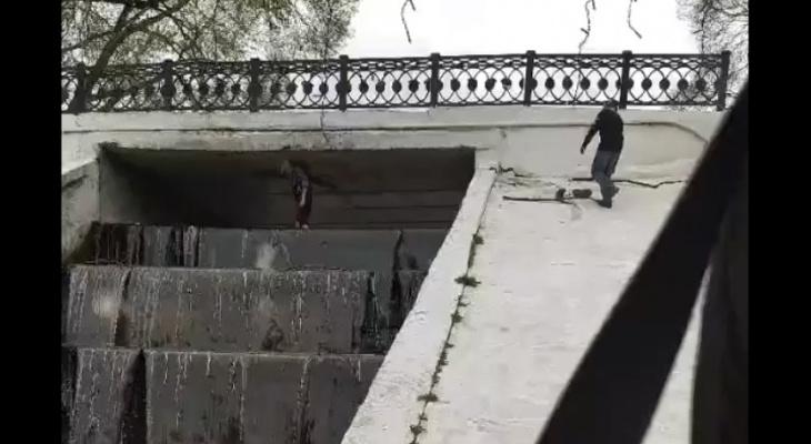 В Кирове дети чистили водопад между прудами у цирка: видео