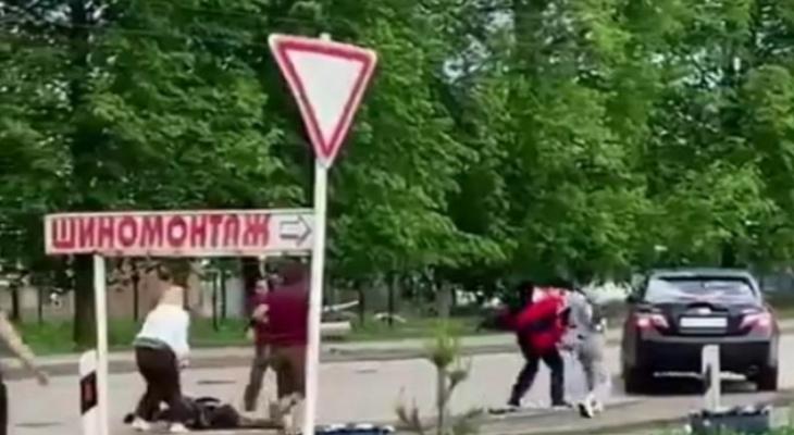 Сбил четверых: в Вятских Полянах полиция задержала водителя, чье авто закидали камнями
