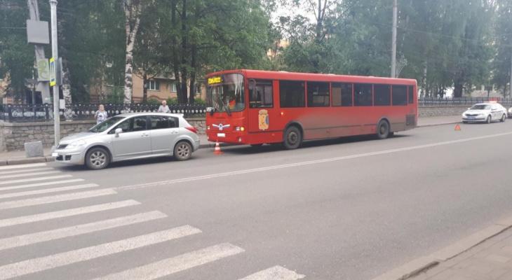 В центре Кирова автобус столкнулся с иномаркой: пострадали 3 человека