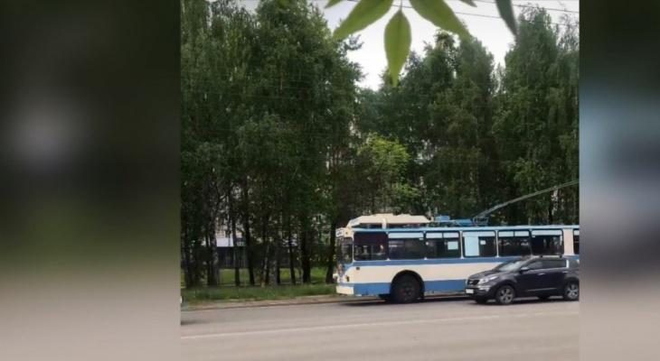 Очевидцы: утром в Кирове снова загорелся троллейбус