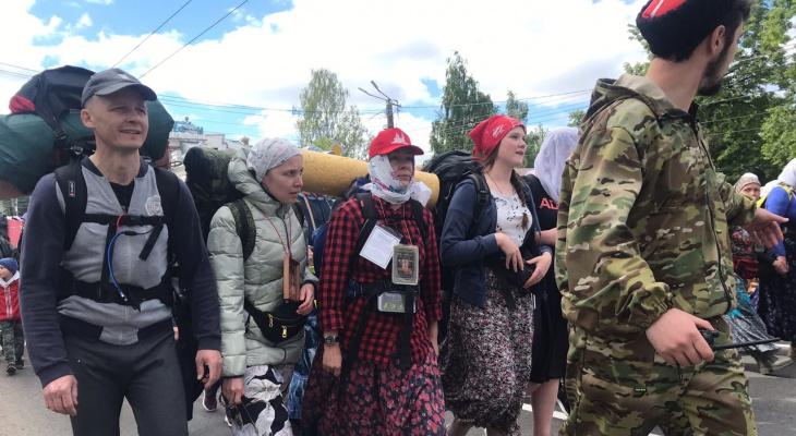 Фоторепортаж: тысячи паломников начали путь из Кирова в Великорецкое