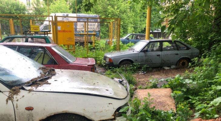 В охранной зоне газораспределительного пункта кировчане устроили автомастерскую