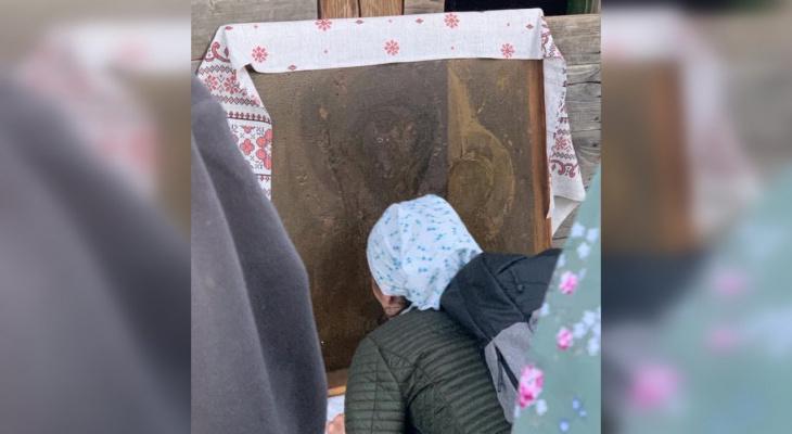 В Великорецком в двери одного из домов проявилась икона Казанской Божьей матери