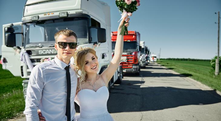 «Мы нашли организаторов свадьбы в шиномонтаже»: невеста из Куменского района о необычном торжестве
